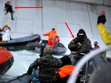 greenpeace-activists-ship gunpoint